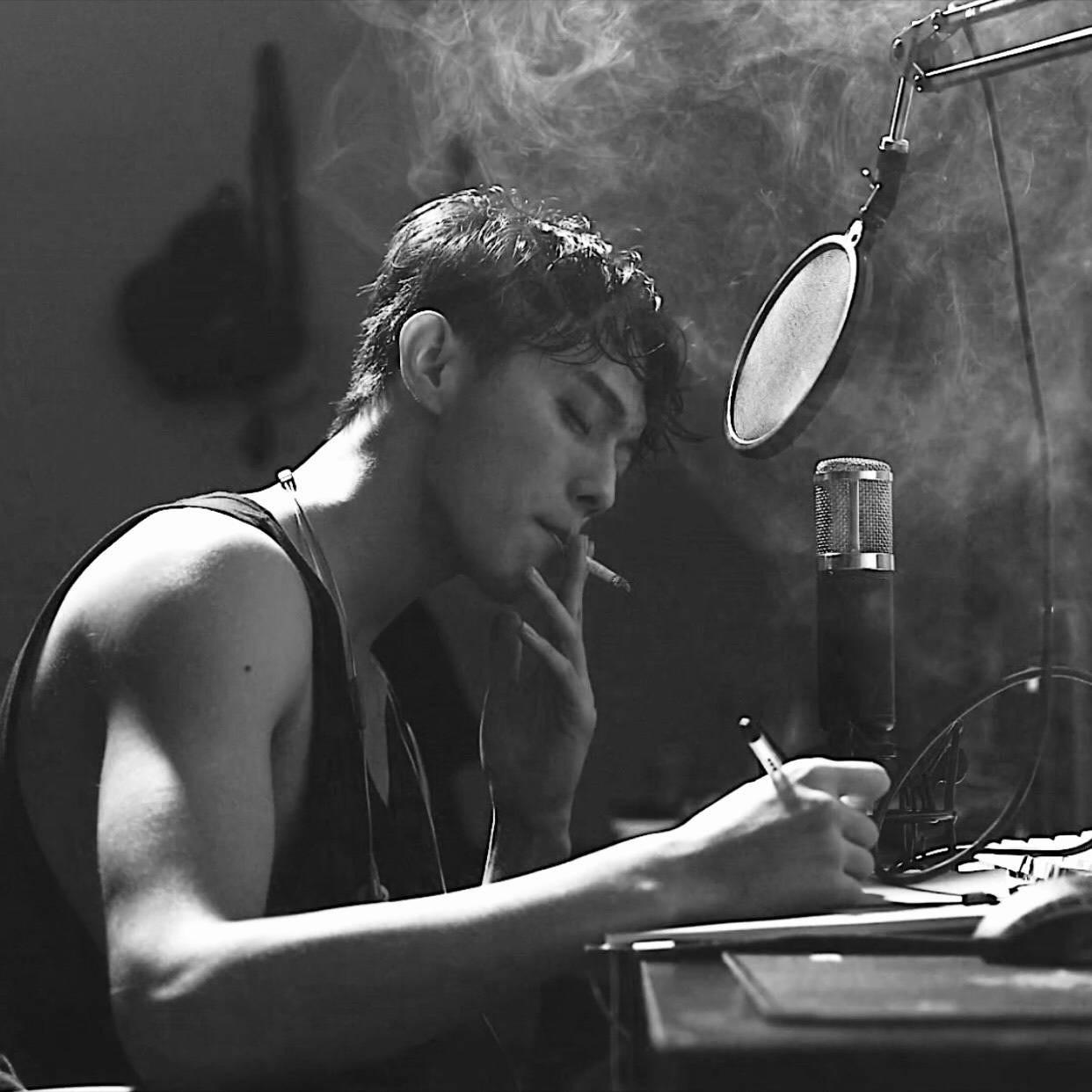 19岁帅哥图片小鲜肉抽烟黑白唯美写真