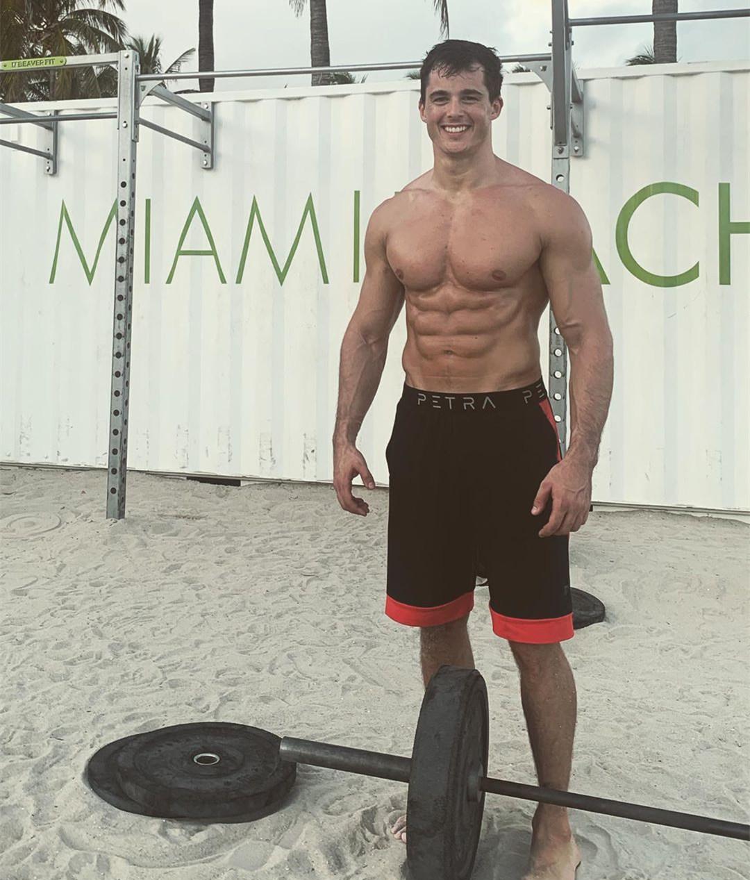 美国肌肉男撸铁照片